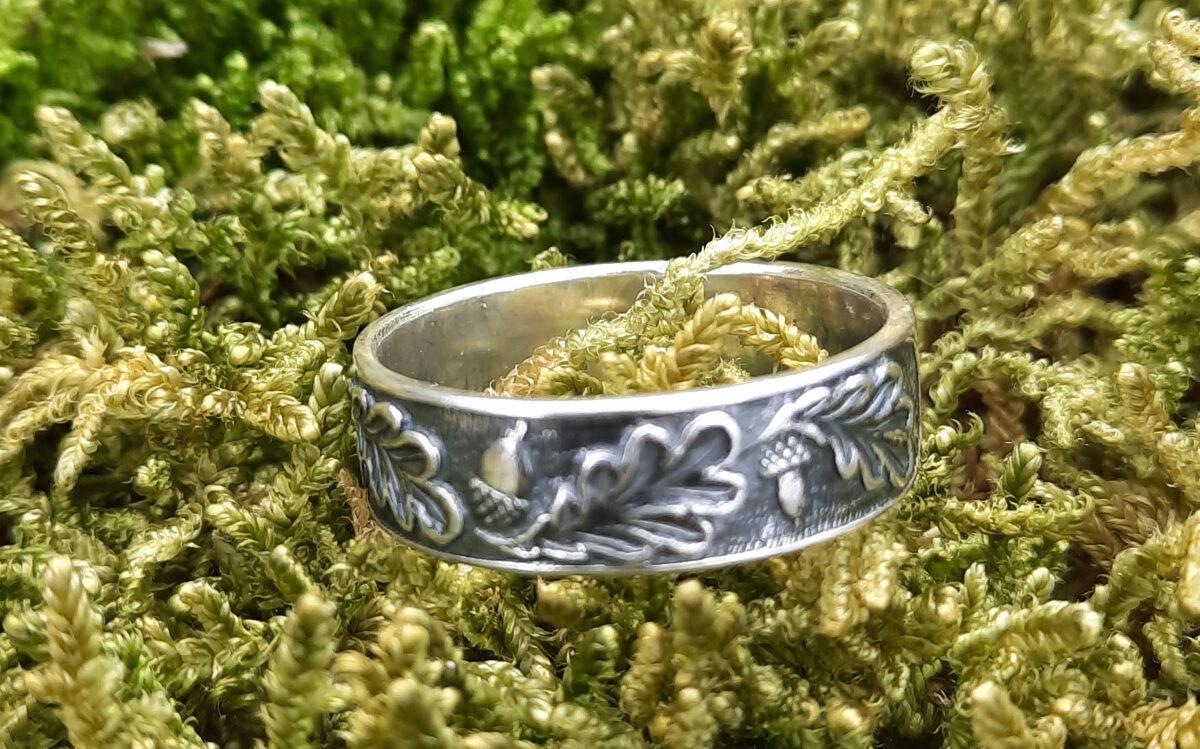 Sudraba gredzens ar ozollapām